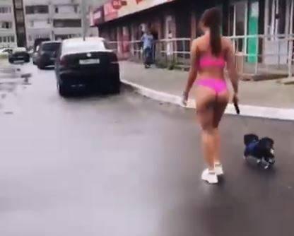 Брянская блогерша вышла на прогулку с собакой в бикини