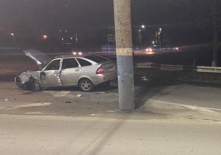 Потерял управление и врезался в электроопору водитель в Брянске