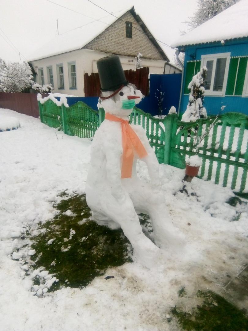 В Дятькове слепили снеговика-ждуна